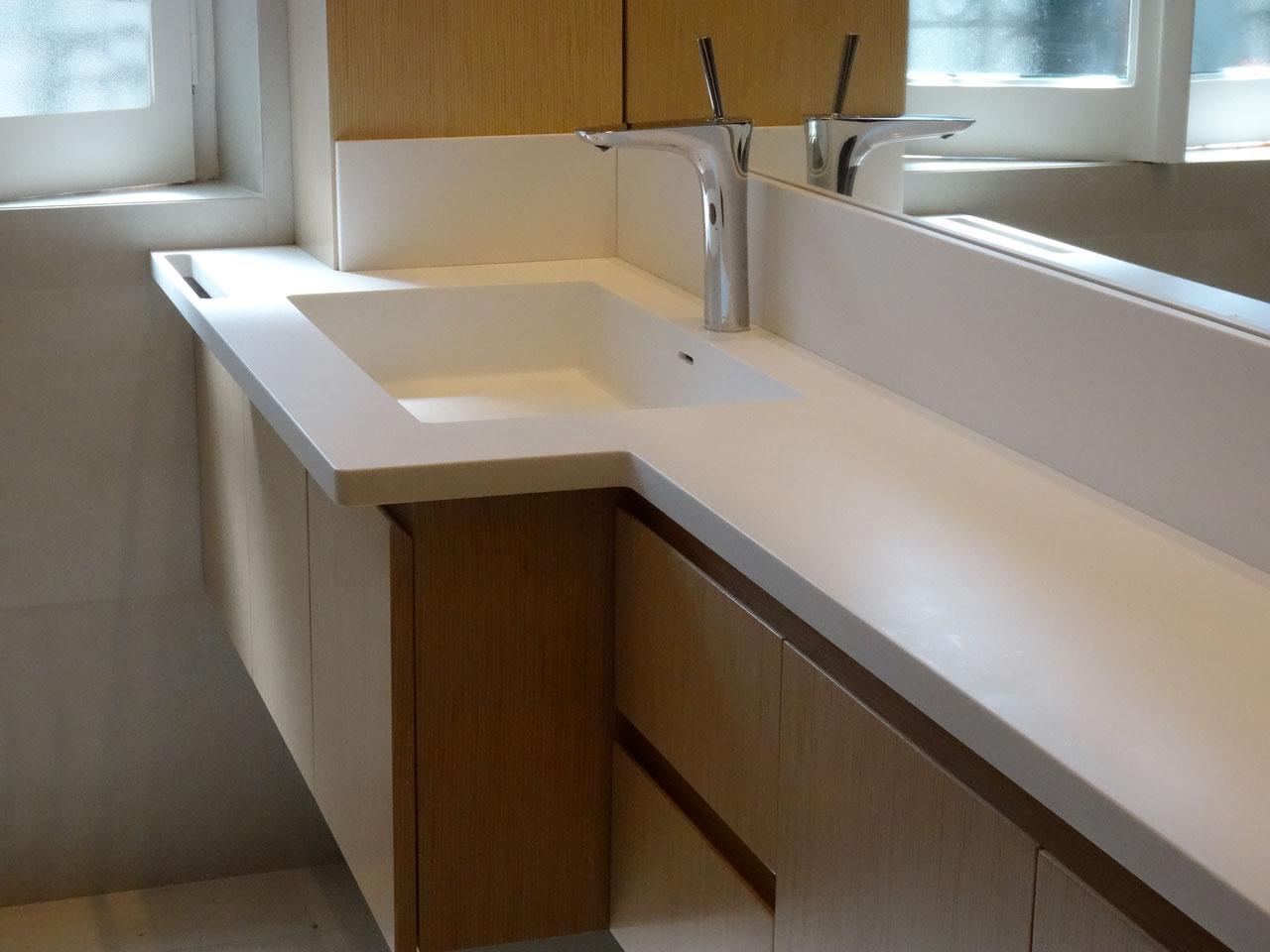 Mobile da bagno con top in dupont corian arco arredo for Mobile lavello bagno